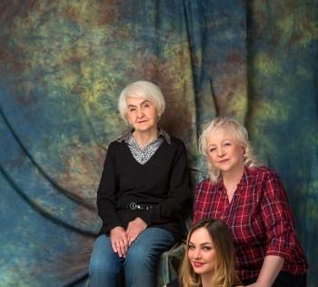 Креативная  съемка бабушки, мамы и дочки. Семейная фотография в студии. Днепр. Профессиональное семейное фото.