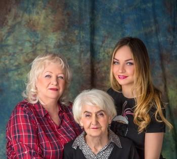 Невероятно женственная съемка бабушки, мамы и дочки. Семейная фотография в студии. Днепр. Профессиональное семейное фото.