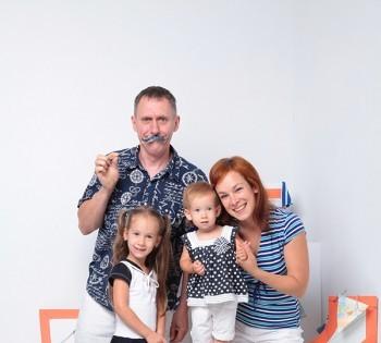 Яркое фото веселой семьи. Семейная фотография в студии. Днепр. Профессиональное семейное фото.