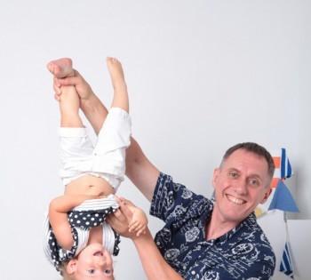Позитивная фотокарточка папы и ребенка. Семейная фотография в студии. Днепр. Профессиональное семейное фото.