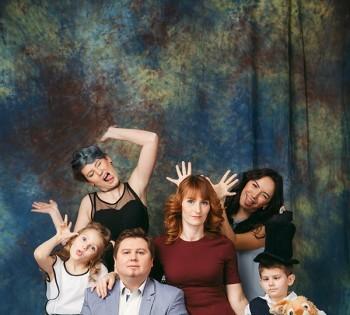 Веселая съемка большой дружной семьи. Семейная фотография в студии. Днепр. Профессиональное семейное фото.
