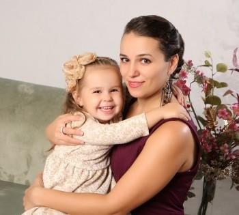 Очаровательные мама с дочкой на студийной фотосессии в Птичке.