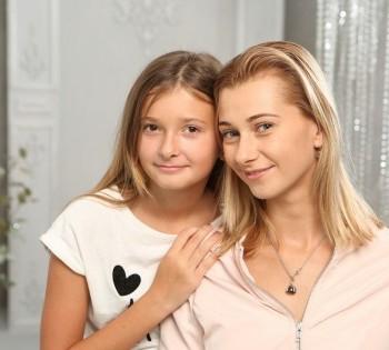 Нежный студийный портрет мамы и дочери.
