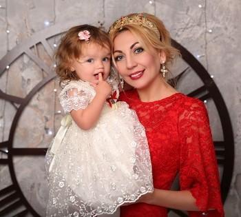 Красивые мама и дочка на праздничной фотосессии. Семейная фотография в студии. Днепр. Профессиональное семейное фото.