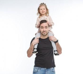 Озорная фотография папы и маленькой дочки