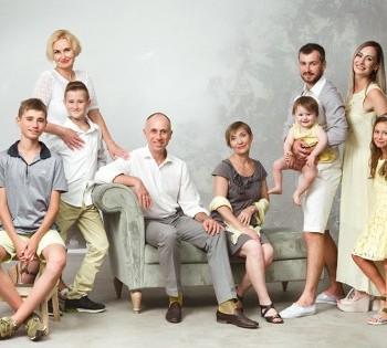 Фотосессия для большой семьи в студии.