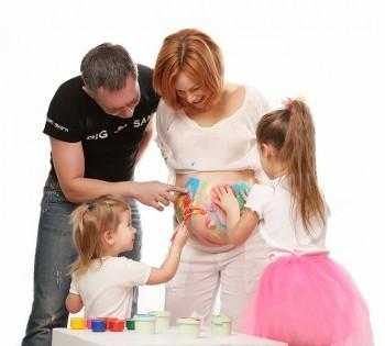 Креативная фотосъемка в ожидании малыша. Семейная фотография в студии. Днепр. Профессиональное семейное фото.