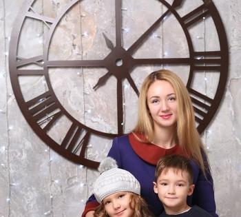 Мама с детками на новогодней фотосъемке. Семейная фотография в студии. Днепр. Профессиональное семейное фото.