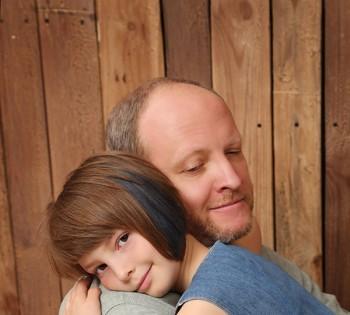 Нежные объятия папы и дочки. Семейная фотография в студии. Днепр. Профессиональное семейное фото.