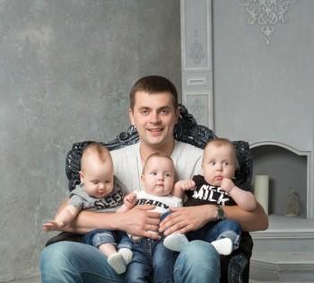Папа с тройняшками на студийной фотосессии. Днепр.