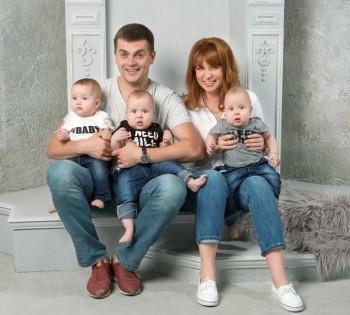 Семейное фото. Мама, папа и тройняшки.