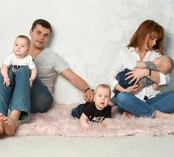 Семейная фотография мамы, папы и троих детей. Фотостудия В Днепре.