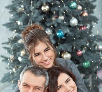 Семейная фотосессия родителей с дочкой.