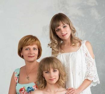 Семейное фото. Мама и дочки. Студийная фотосессия в Днепре.
