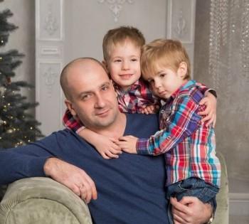 Фотография папы с детьми. Семейная фотосессия.