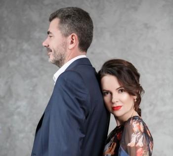 Романтическая фотография семейной пары. Студийная фотосессия.