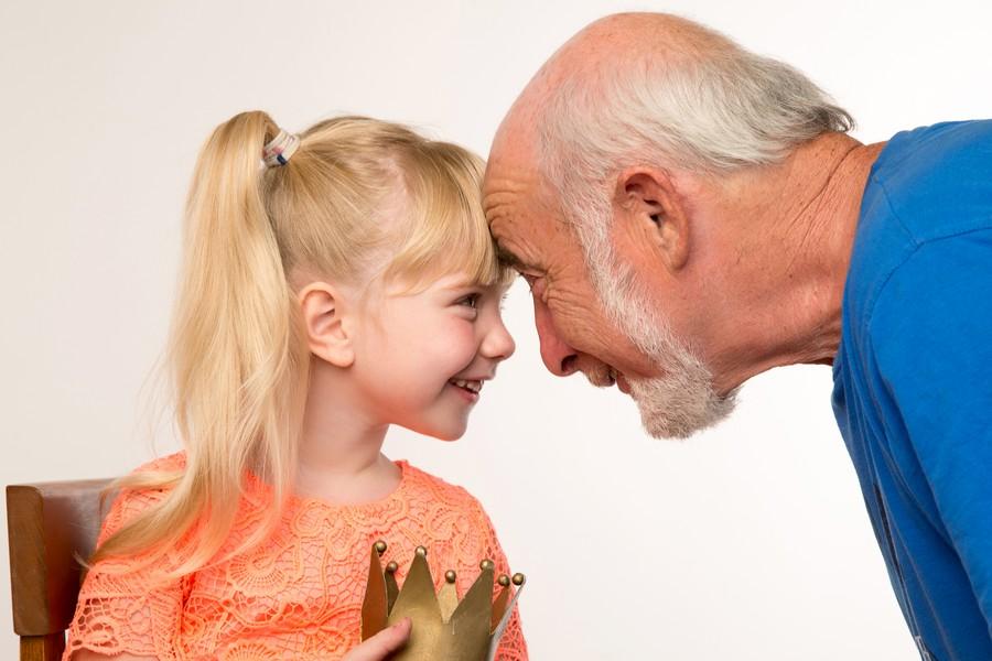 Толпа дедов ебут внучку онлайн