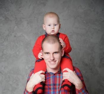 Папа с сыном на фотосессии в студии
