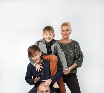 Большая и весёлая семья на студийной фотосессии
