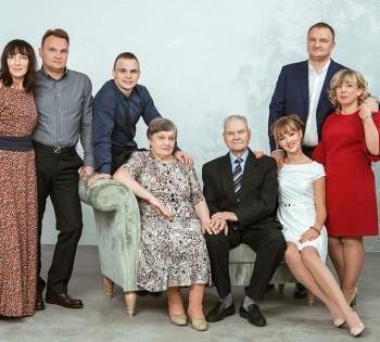 Фотосессия большой семьи в студии.