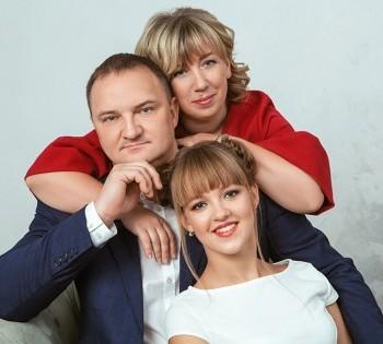Семейная фотосессия. Дочь с родителями.
