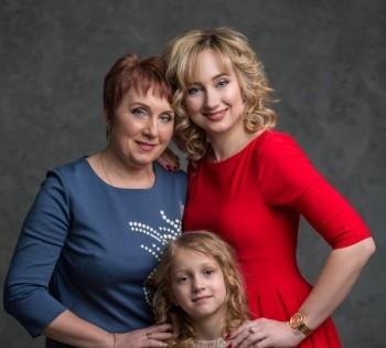 Яркая семейная фотография трёх поколений. Фотосессия в студии.