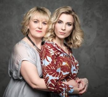 Нежная фотография мамы и взрослой дочери. Фотосессия в студии.