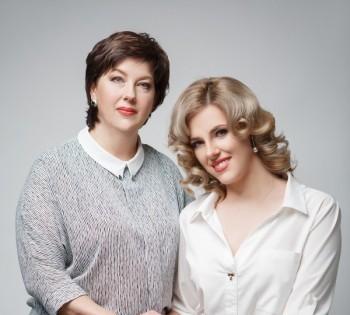 Фотография мамы и взрослой дочери. Семейная фотосессия в студии.