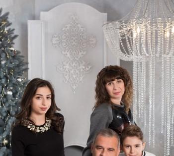 Семейная фотосессия в студии. Фото для семейного альбома.