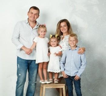 Студийная фотосъёмка для дружной семьи.