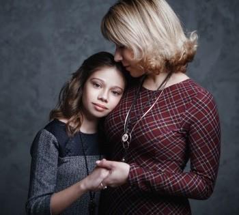 Душевная фотография мамы и дочери. Фотосессия в студии.