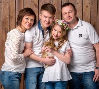 Креативная семейная фотосессия. Семейная фотография в студии. Днепр. Профессиональное семейное фото.