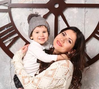 Милая фотография мамы с сыночком. Семейная фотография в студии. Днепр. Профессиональное семейное фото.