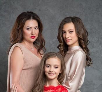 Фотосессия мамы с дочерьми