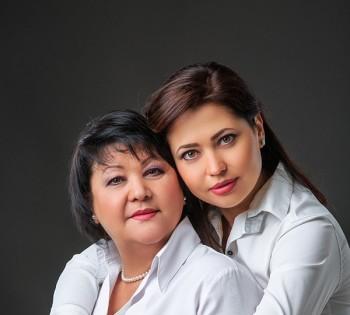 Нежный портрет мамы и дочки. Семейная фотография в студии. Днепр. Профессиональное семейное фото.