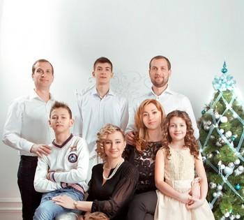 Красивый портрет большой дружной семьи. Семейная фотография в студии. Днепр. Профессиональное семейное фото.