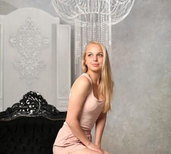 Фото девушки в стильном интерьере. Локация для фотосессии в студии Птичка.