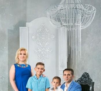 Семейное фото в новом интерьере фотостудии Птичка.