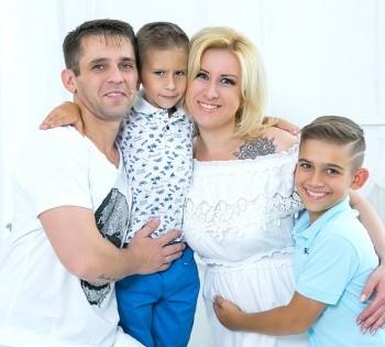 Семейное фото в студии фотоателье Птичка.