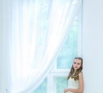 Фото девушки в студии. Естественный свет. Красивый интерьер.