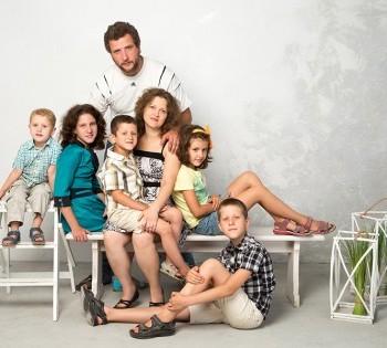 Семейная фотография большого семейства в студии.
