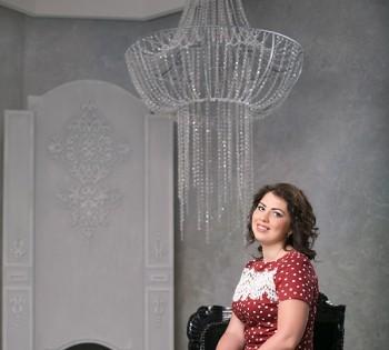 Фотография девушки в студии фотоателье Птичка. Студийный свет.  Стильный интерьер.