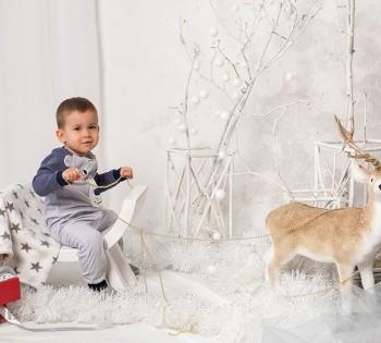 Очаровательный малыш в новогодней декорации.