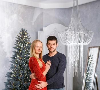 Семейная фотосессия в новогодней декорации.