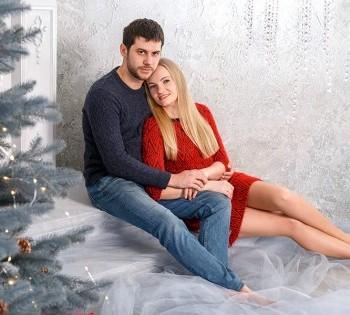 Нежная  фотография пары в новогодней декорации.