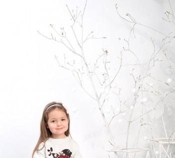 Милая малышка в новогодней декорации.