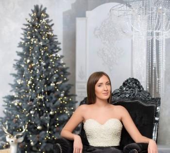 Элегантная девушка в новогодней декорации.