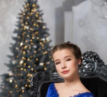 Портрет красивой девушки в новогодних декорациях.