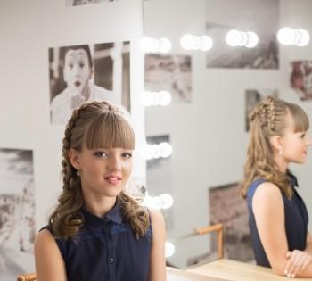 Фотография молодой девушки в стильной гримёрке фотостудии Птичка