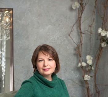 Фотография красивой женщины в стильном интерьере. Фотостудия Птичка.